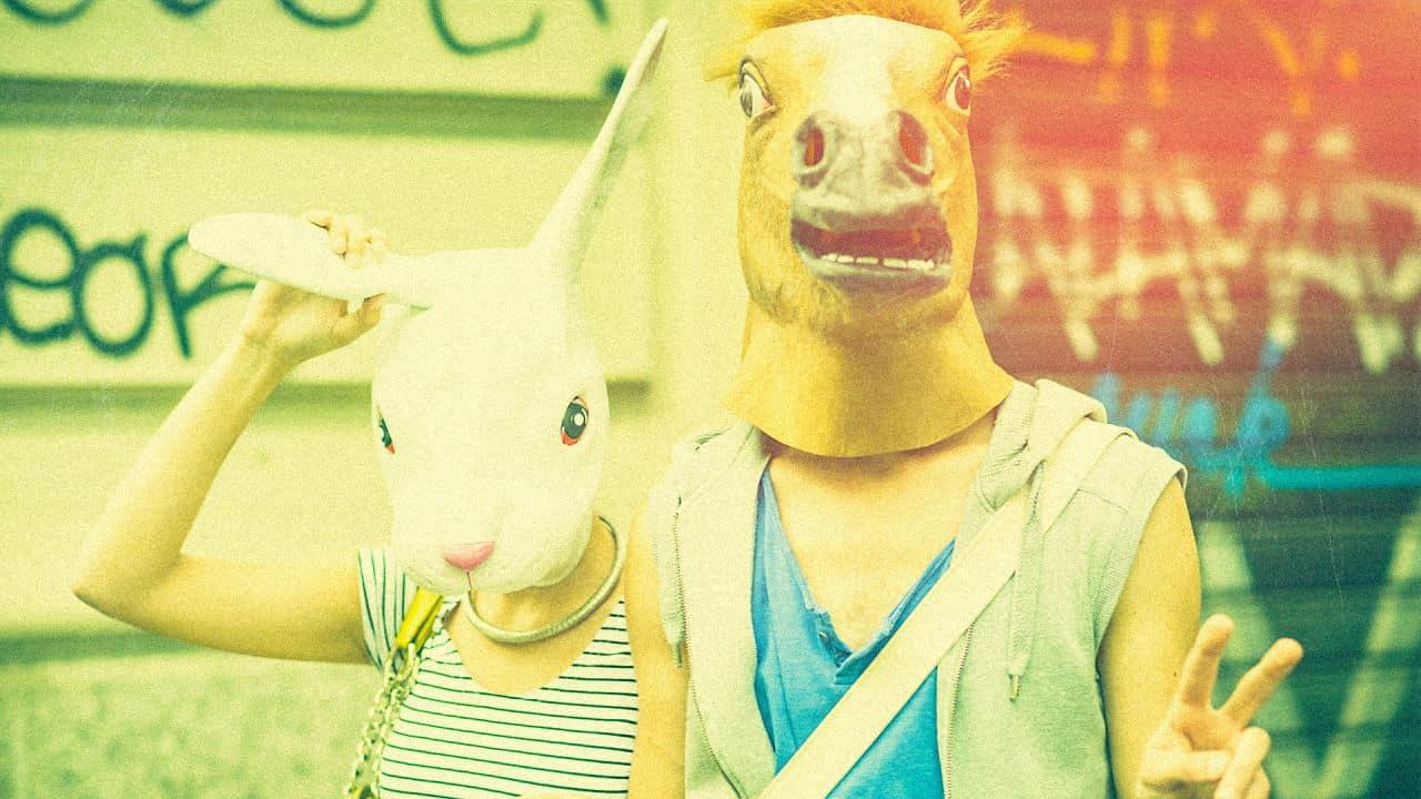 Zwei Menschen mit Tiermasken