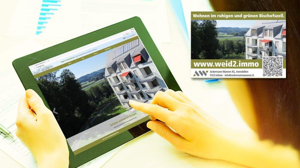 Inserat mit QR-Code, Website auf Tablet-Computer